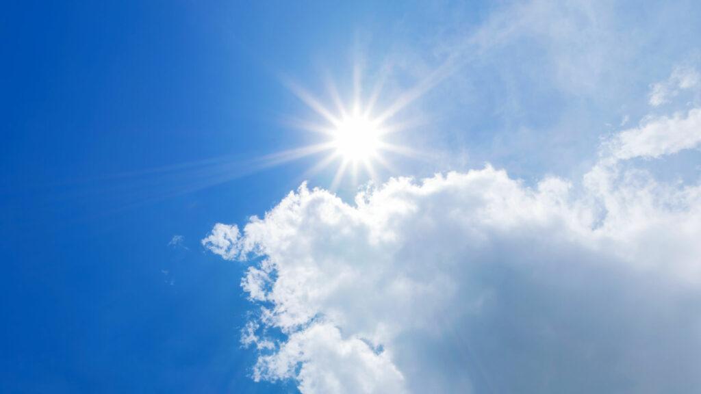 Das Bild zeigt die Sonne hinter Wolken.