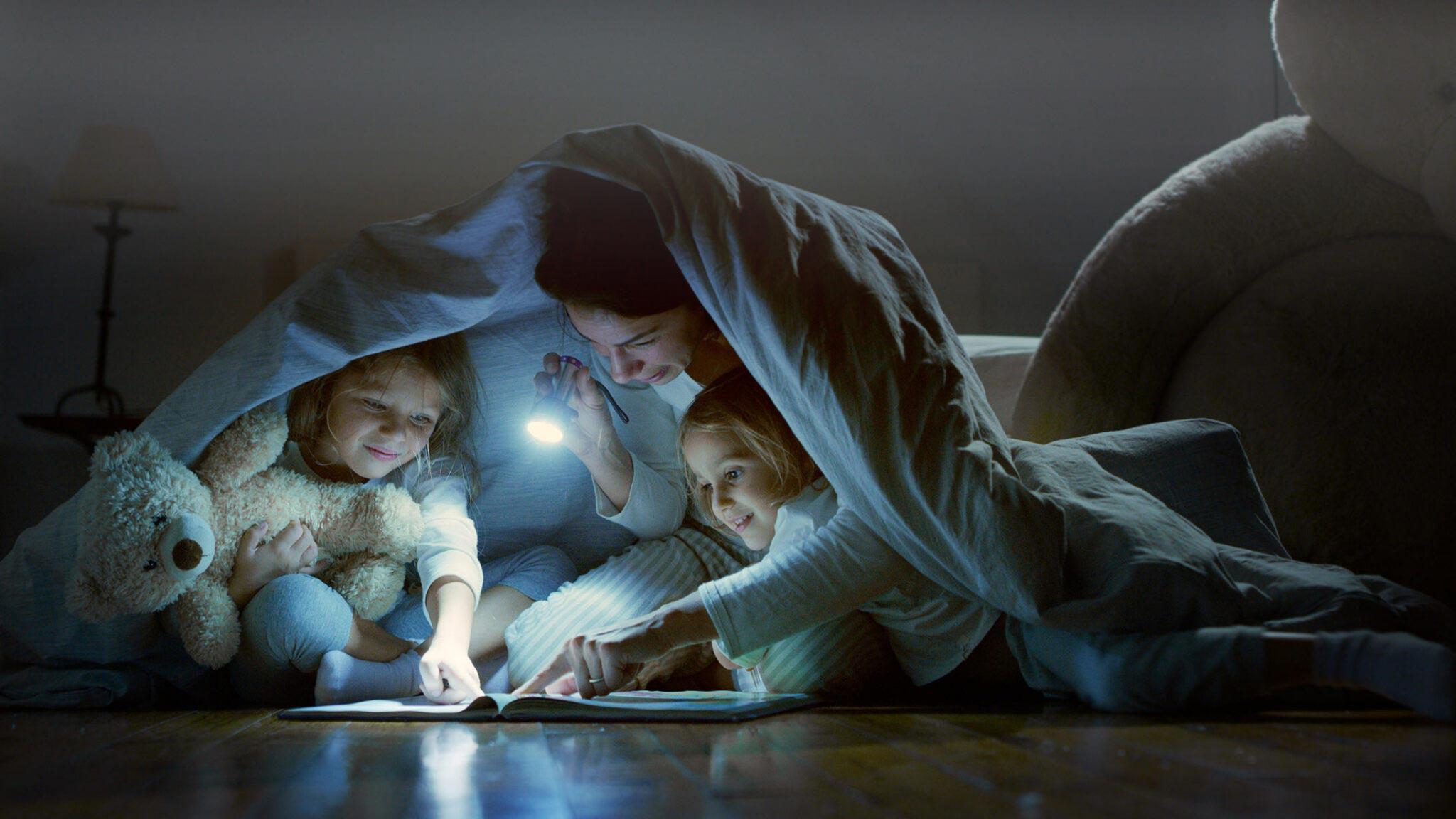 Familie mit Taschenlampe
