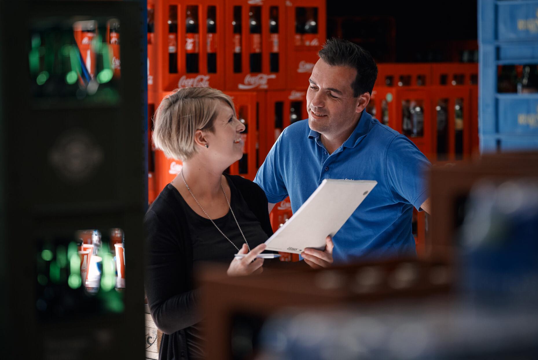 Roland Bongni bespricht mit seiner Frau eine Bestellung im Getränkelager