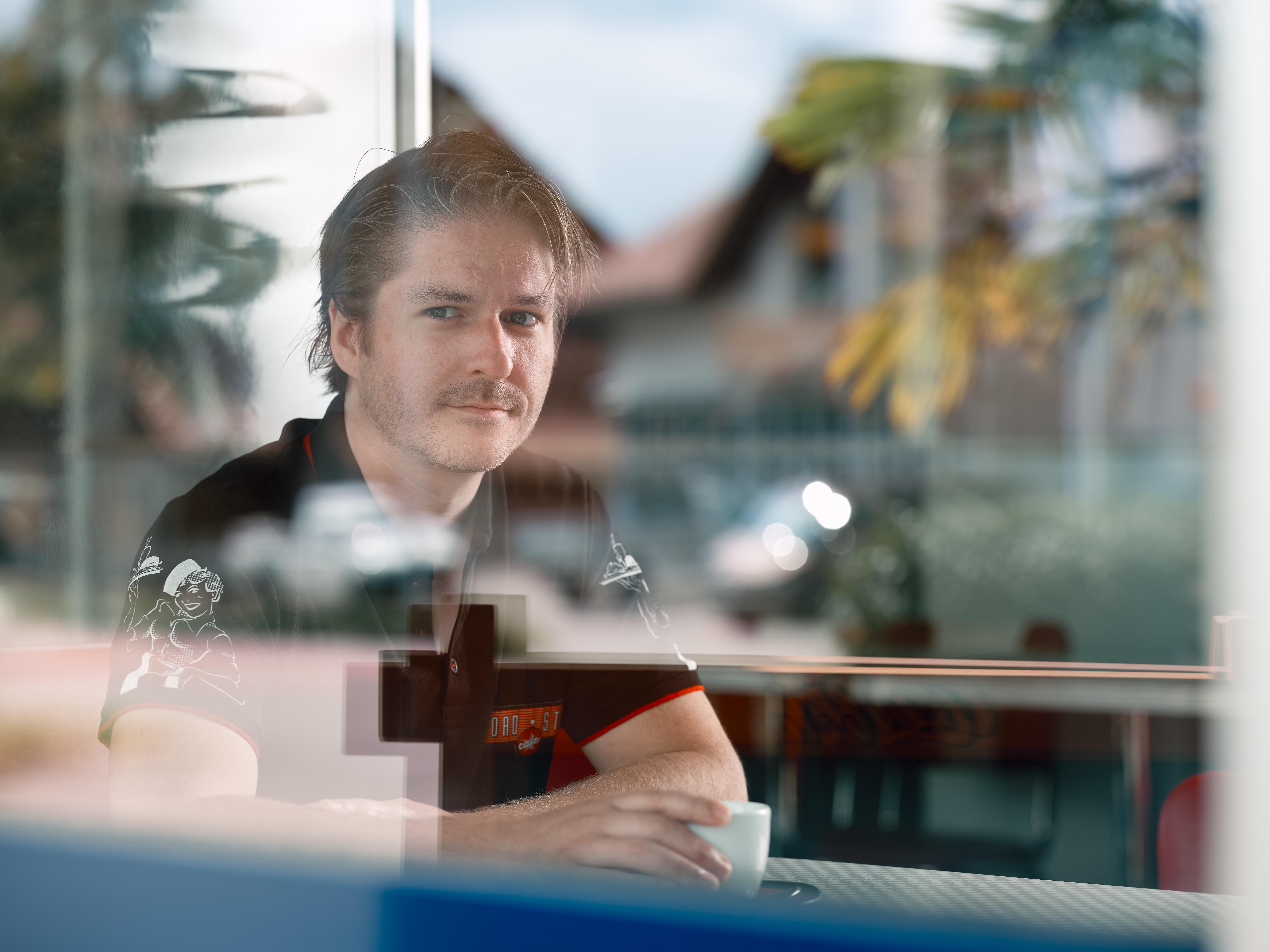 sagt Tobias Hubacher, Mitinhaber des Road Stop Cafes, sitzt dankdenklich bei einer Tasse Cafe an einem der Tische