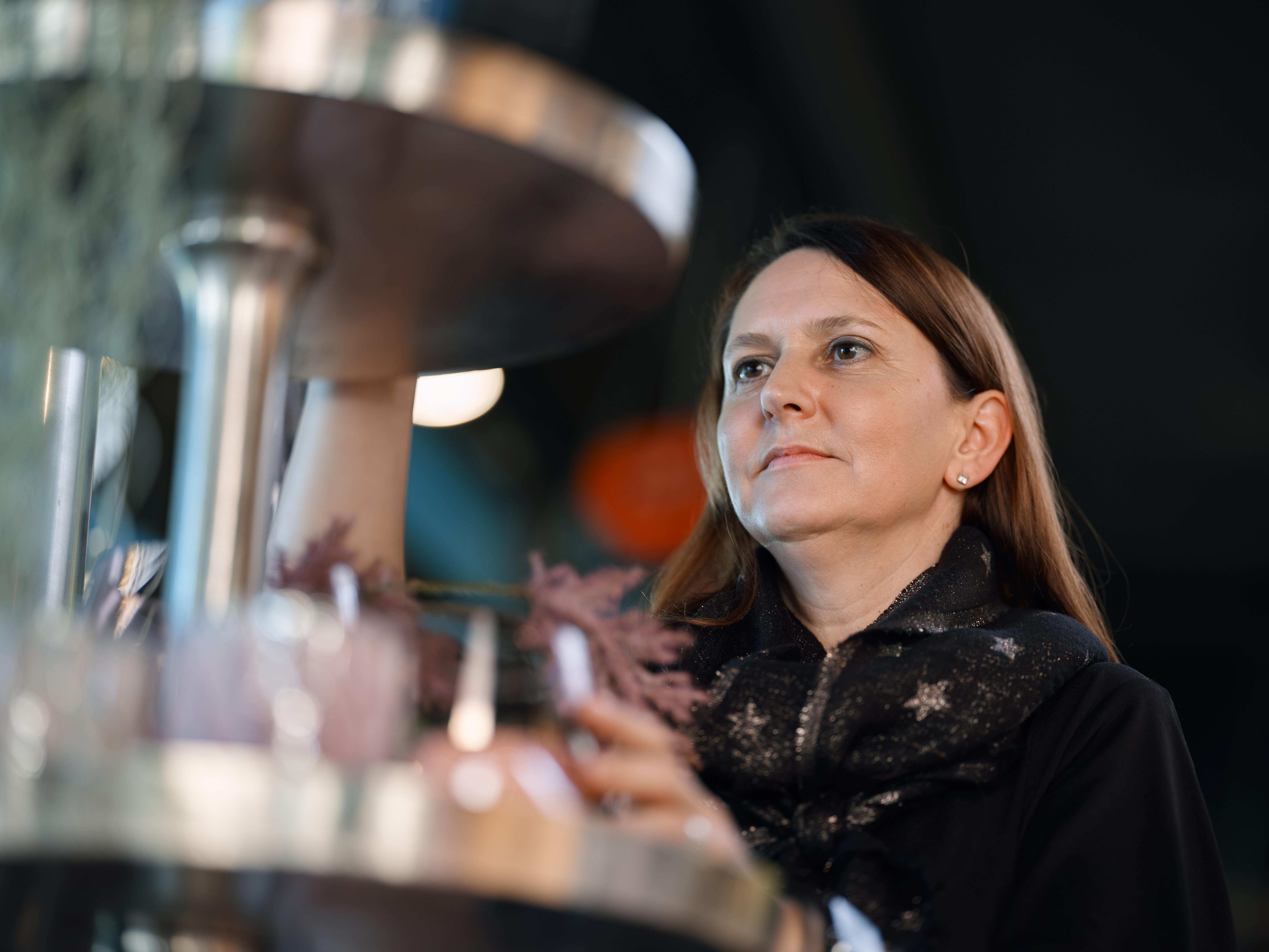 Myriam Stettler arrangiert die Ausstellung in ihrem Laden