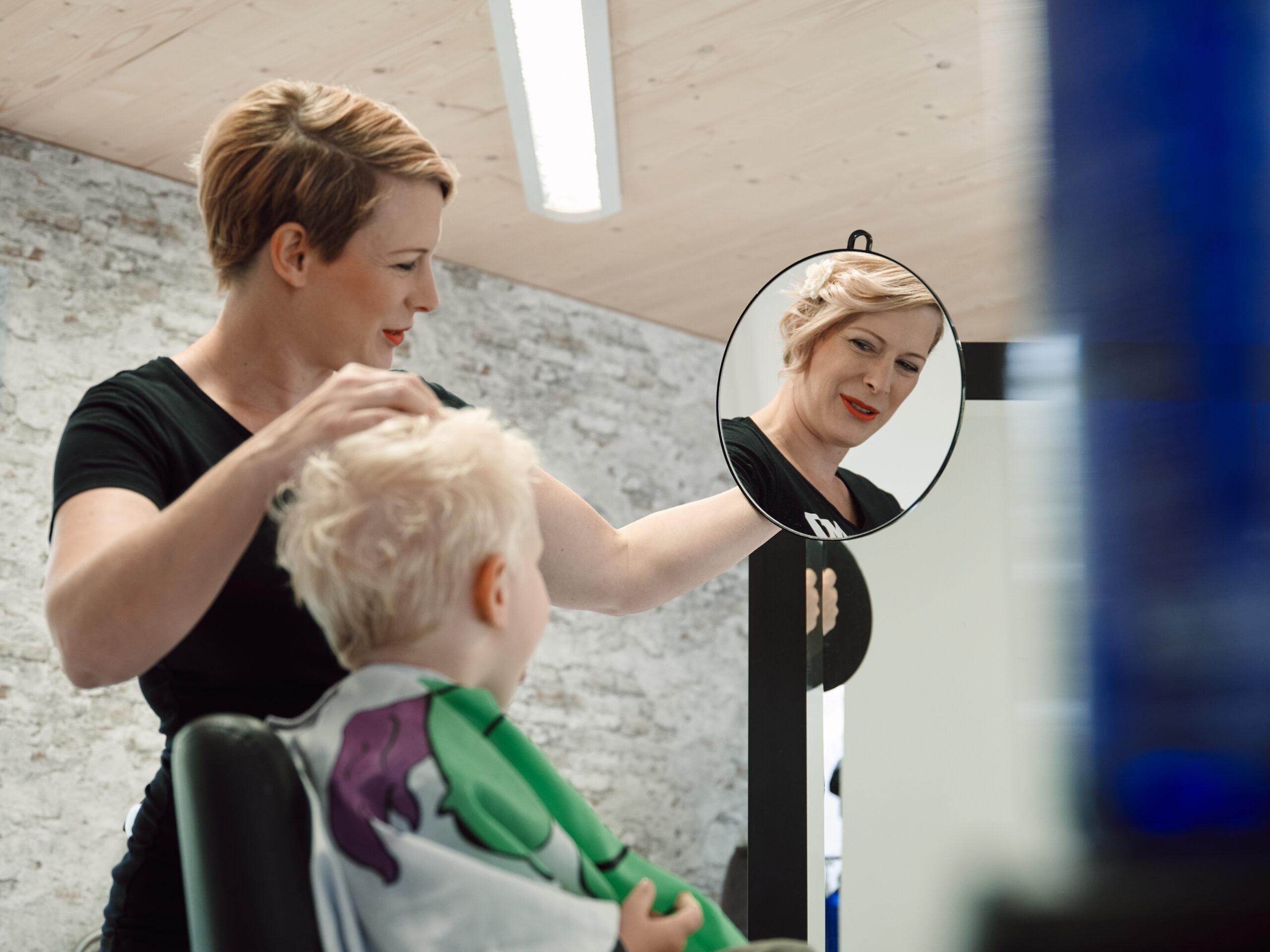 Simone Wüthrich, Inhaberin des Coiffure M7 , frisiert einem Jungen die Haare