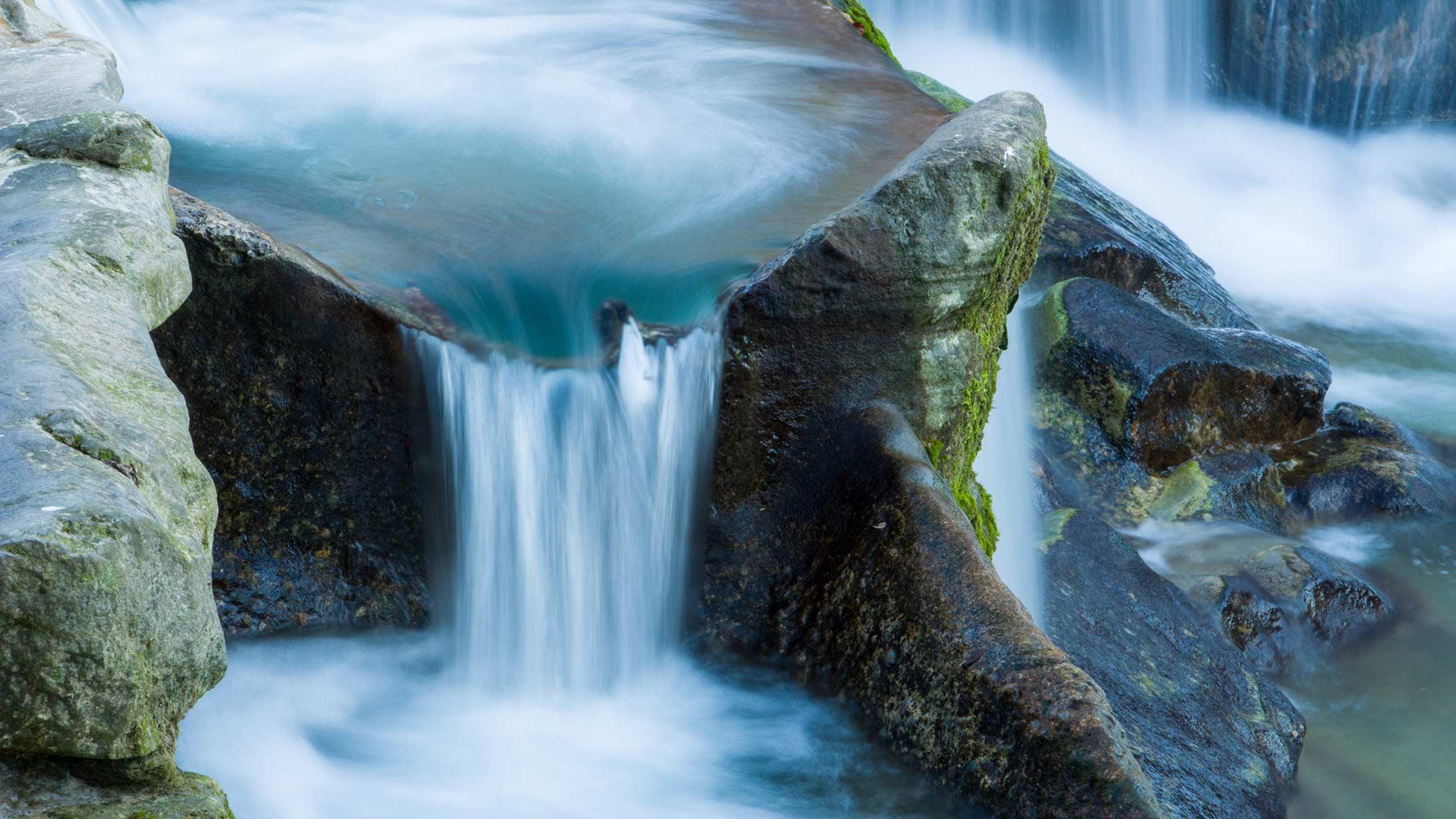 Wasser fliesst einen Wasserfall hinunter.