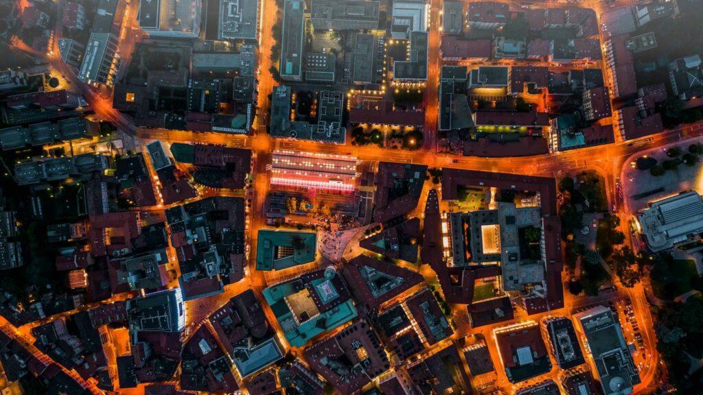 Drohnen Bild von Stadtlampen in der Nacht
