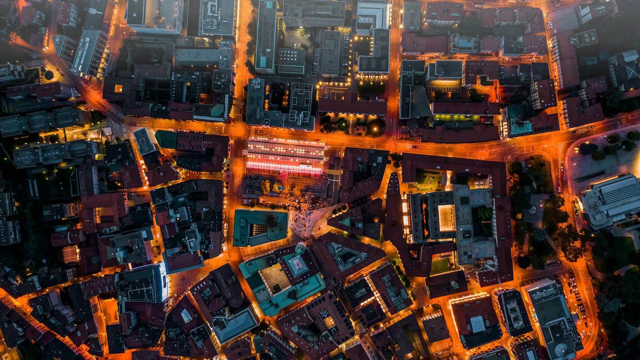 Drohnen-Bild von Stadtlampen in der Nacht.