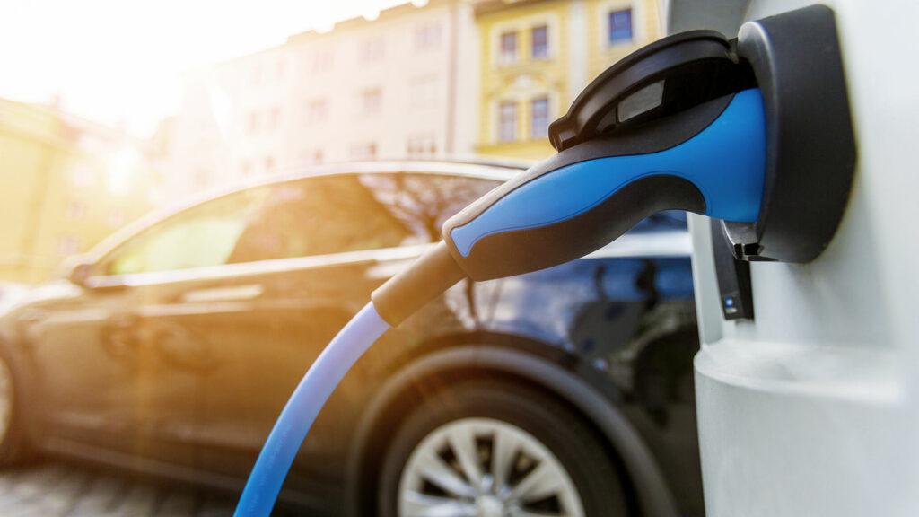 Elektroauto wird in einer Strasse an der Ladestation aufgeladen