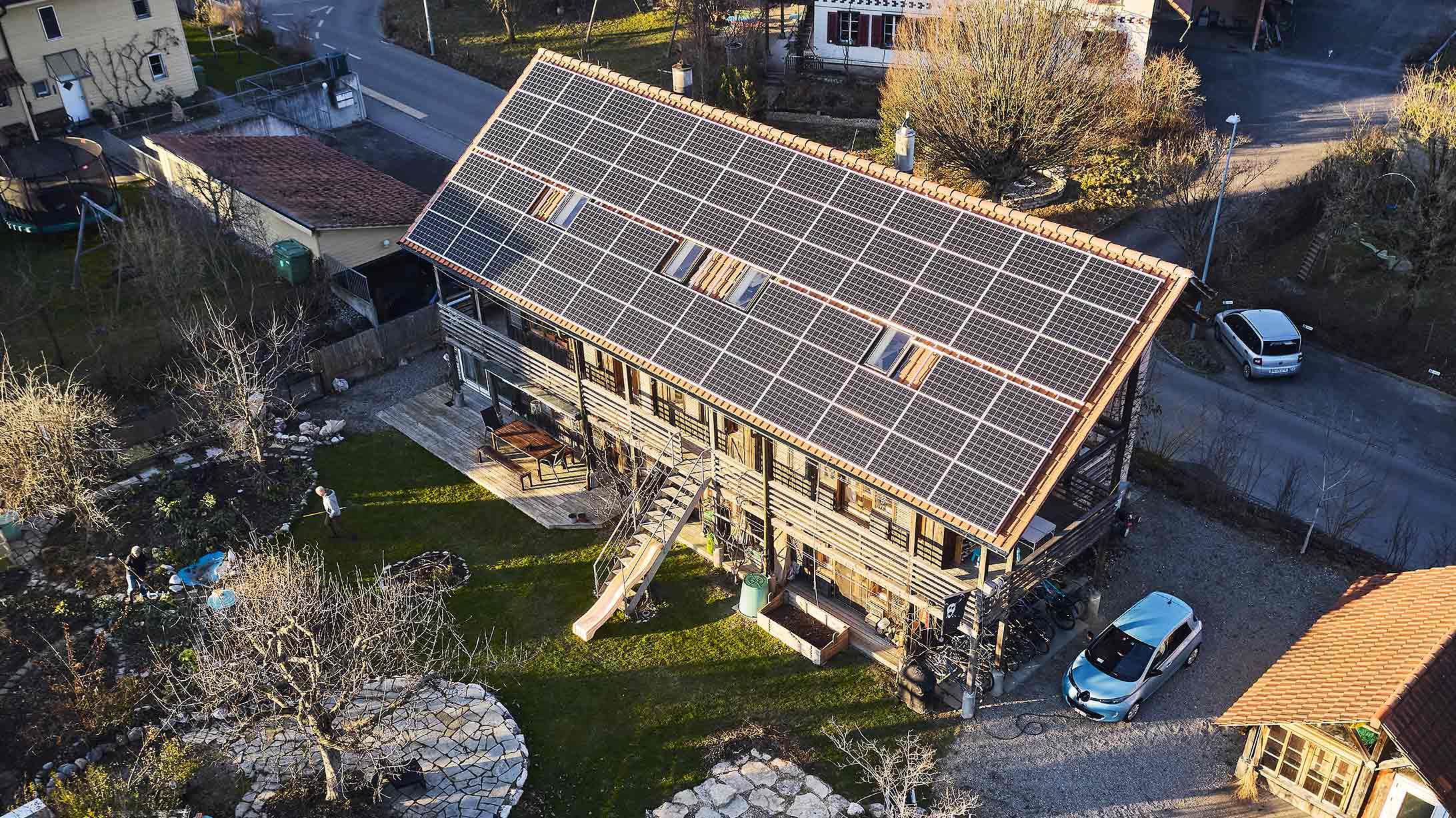 Photovoltaikanlage auf einem Dach aus der Vogelperspektive.