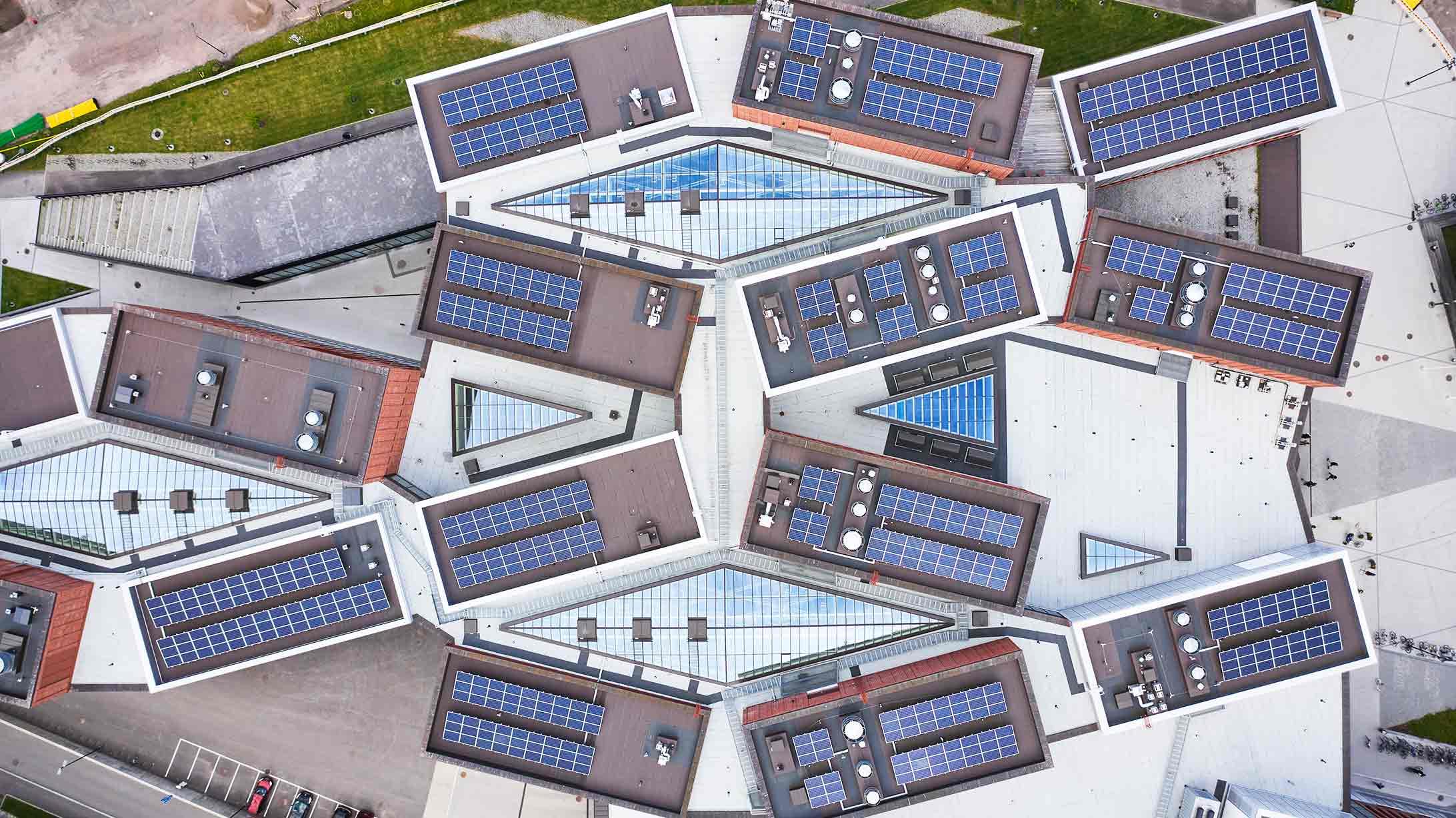 Solaranlagen auf Dächern aus der Vogelperspektive.