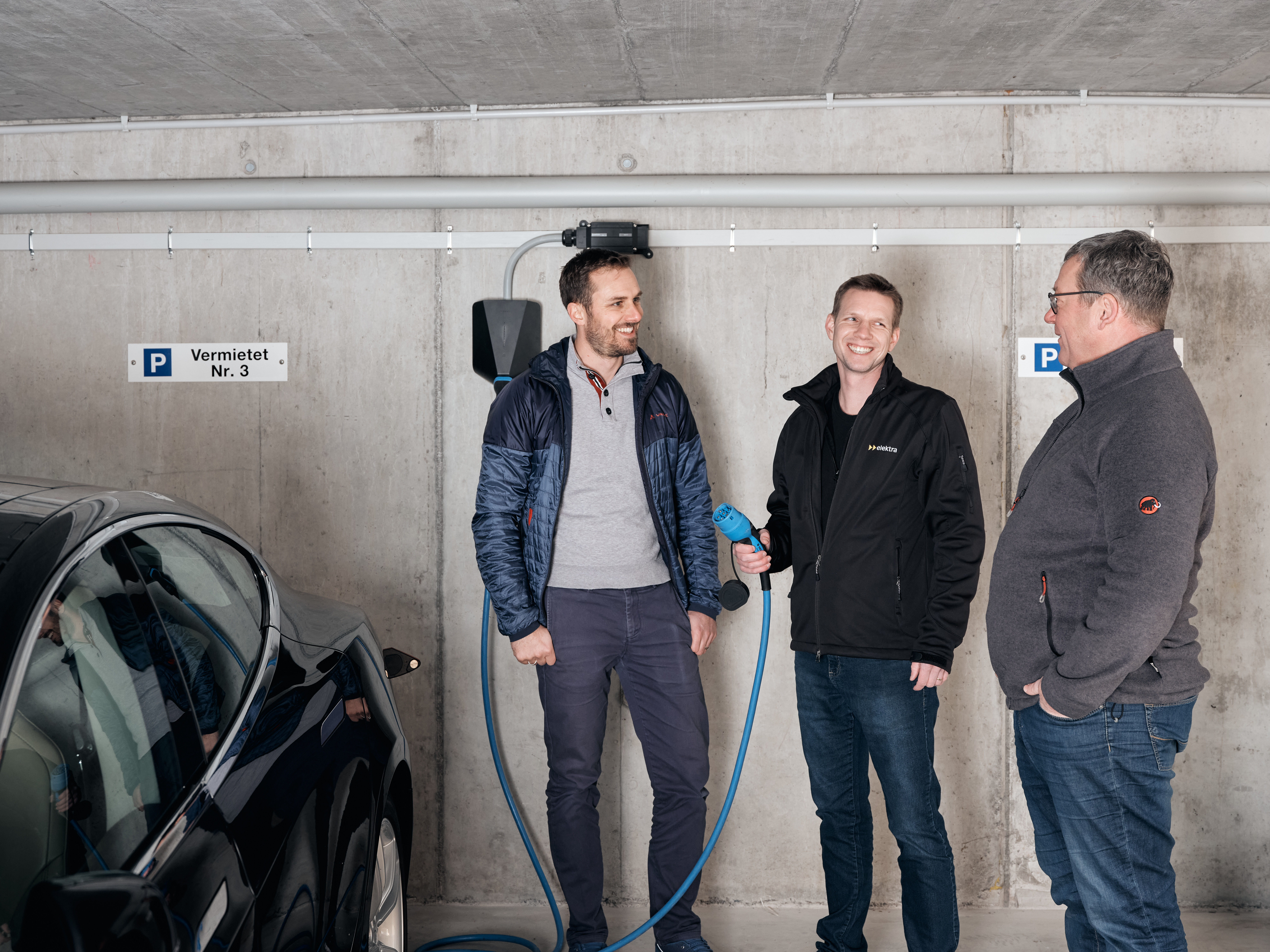 Vermieter Christian Huber mit Mieter Fabian Mende und dem Fachspezialisten für Energielösungen Matthias Ostermeier