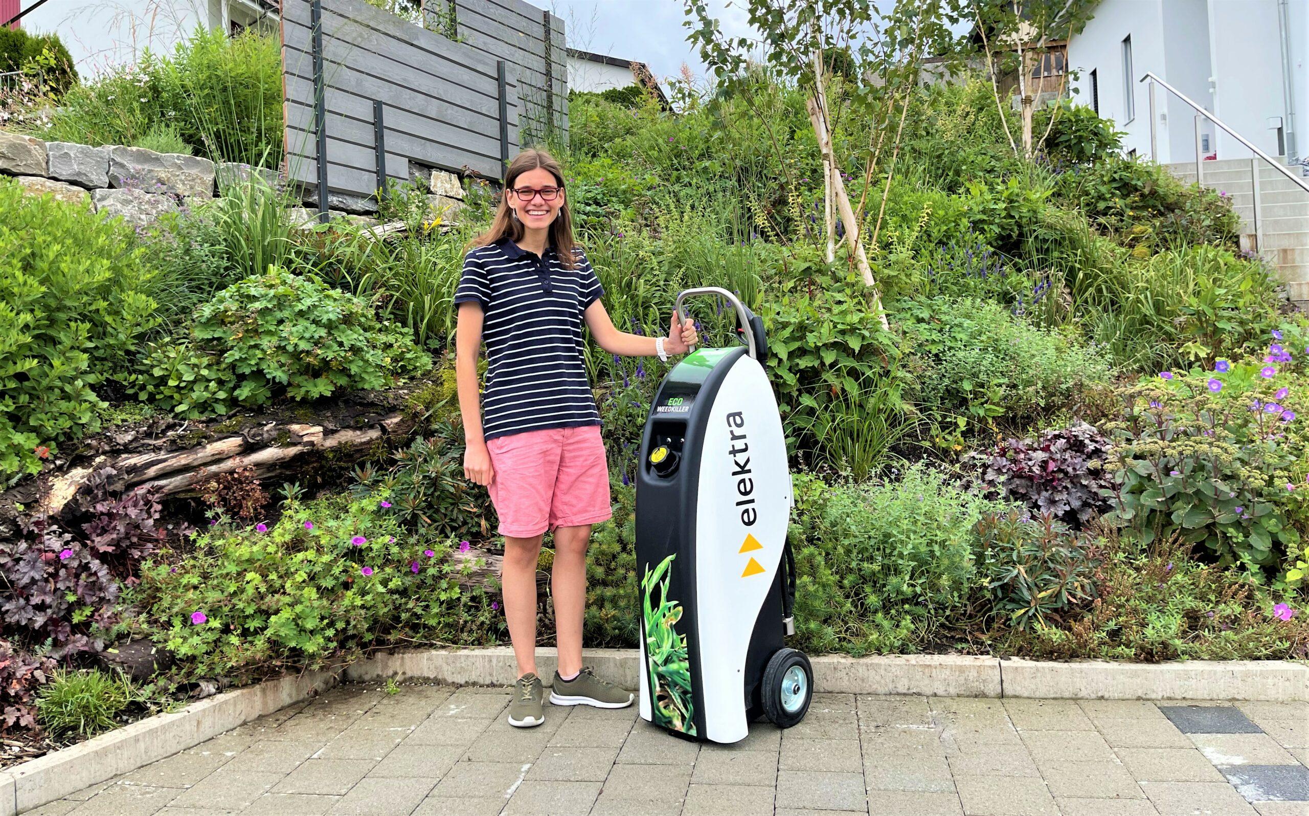 Stolz steht Laura Ammon aus Fraubrunnen neben dem Eco Weedkiller Garden, den sie bei der Verlosung der Elektra gewonnen hat.