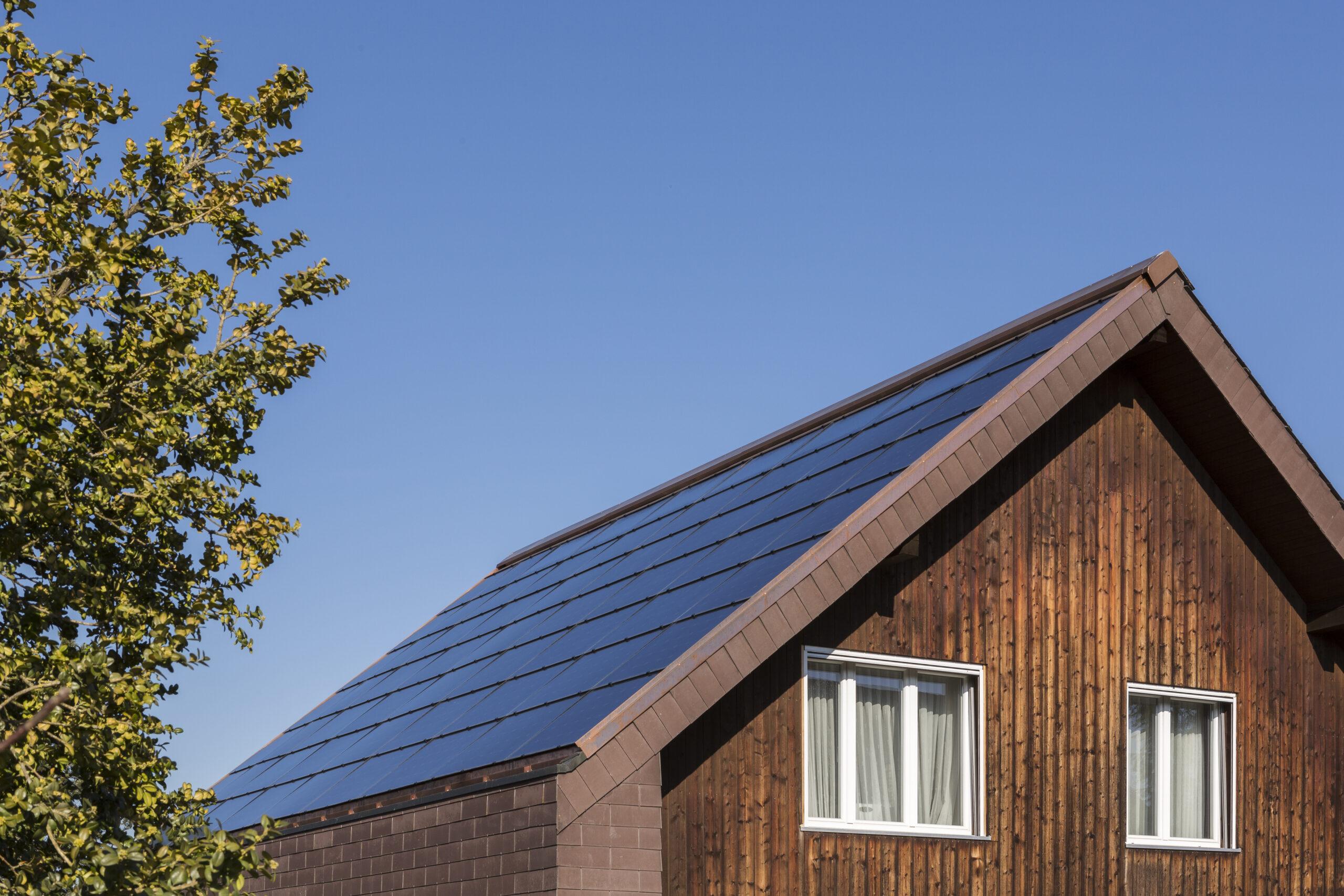 Eine Dachhälfte ist komplett mit Photovoltaik ausgelegt. Wichtig ist, die Grösse der PV-Anlage auf den jährlichen Stromverbrauch abzustimmen.