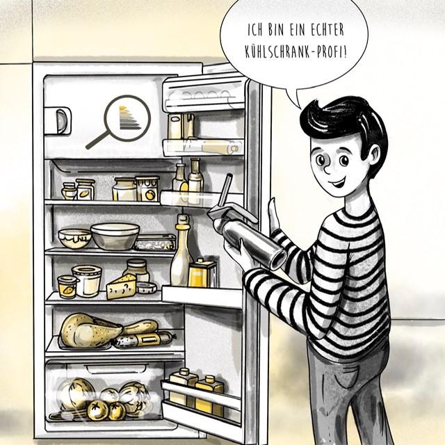 Tim steht am offenen Kühlschrank. Nachdem seine Eltern einen energieeffizienten Kühlschrank gekauft haben, sparen sie einiges an Energie und damit an Geld.